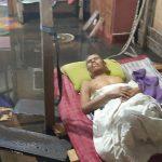 Muhammad Husin terbaring di kasur tempat tidur yang telah ditinggikan warga, karena pria ujur penderita stroke tersebut sempat terendam banjir rob. (istimewa)