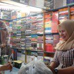 Salah seorang pedagang menerima bantuan sembako dari salah satu komunitas kaum ibu di Medan, Jumat (23/10). (GATRA/BARINGIN LUMBAN GAOL)