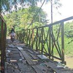 KONDISI jembatan di Gang Mesjid Jalan Brigjen Katamso, Medan Maimun yang lapuk dan berkarat. Kondisi permukaan jembatan juga memiliki celah yang rentan membuat pengendara menyangkut dan pejalan kaki terjatuh. Sumber: tribun-medan.com - Rechtin Hani Ritonga