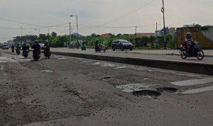 Aspal di Jalan Williem Iskandar tepatnya di depan Unimed kembali rusak. Sumber: tribun-medan.com - Kartika Sari