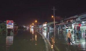 Pasang air laut atau banjir rob kembali menggenangi jalan dan permukiman warga di Pesisir Kota Medan, Sumatera Utara. Dimana ribuan rumah terendam banjir hingga sepaha orang dewasa dua kali dalam sehari. Foto iNews TV/Yudha B. SUMBER: sindonews.com