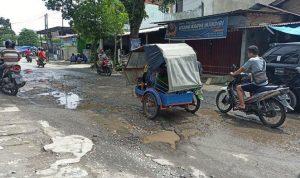 Ruas Jalan Bunga Cempaka, Kelurahan PB Selayang II Kecamatan Medan Selayang yang rusak dan berlubang. SUMBER: tribun-medan.com - Rechtin Hani Ritonga