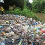 Tumpukan sampah yang menggunung bantaran sungai Deli, Gang Sepakat, Jalan Brigjen Katamso, Kecamatan Medan Johor, Medan, Senin (16/11/2020).Sumber: tribun-medan.com - Kartika Sari