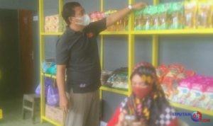 Hadi Suwarno dan istrinya, Nani Hadi Suwarno, saat mengemas dagangan. (F. Yuniardi Sutondo).