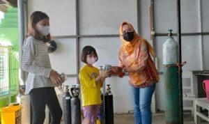 Adinda dan Arindra saat serahkan uang tabungan kepada relawan