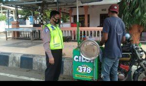 Anggota Satlantas Polres Pacitan Borong Cilok